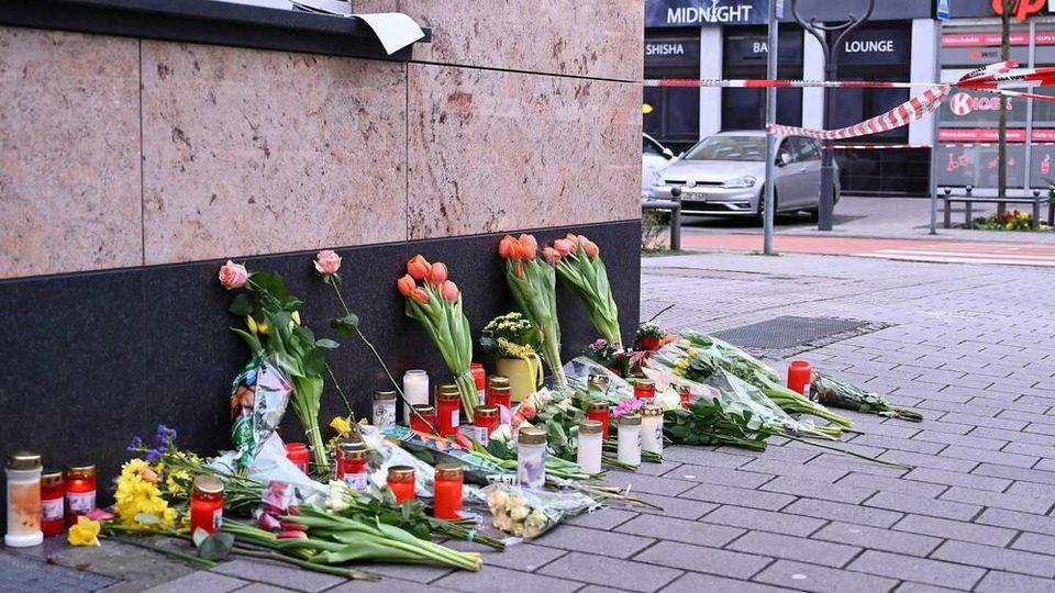 Trauernde legen an den Tatorten in Hanau Blumen nieder.