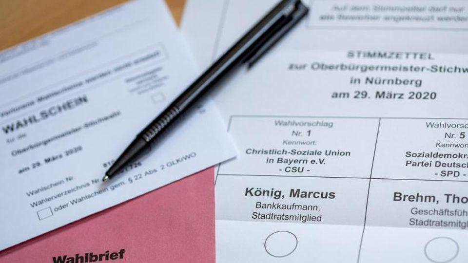 Briefwahlunterlagen für die OB-Stichwahl in Nürnberg. Foto: Daniel Karmann/dpa