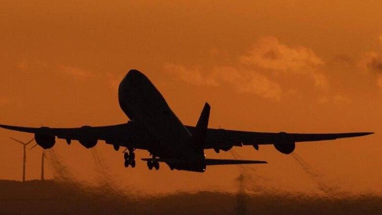 Nach der Corona-Krise werden die Menschen aus Sicht der Bundesregierung wieder häufig mit Flugzeugen in den Urlaub fliegen. Foto: Boris Roessler/dpa