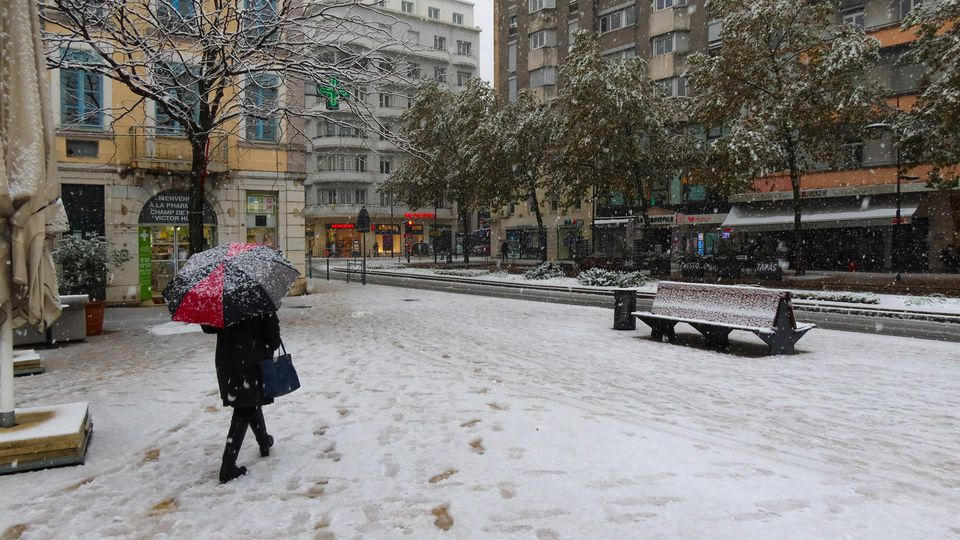 FRANCE - WEATHER - SNOW - DROME People walk around with an umbrella in the streets and city centre of Valence. First snowfall in the Drome which has been placed on orange alert where traffic is disrupted. Valence, France - November 14, 2019. Des pas