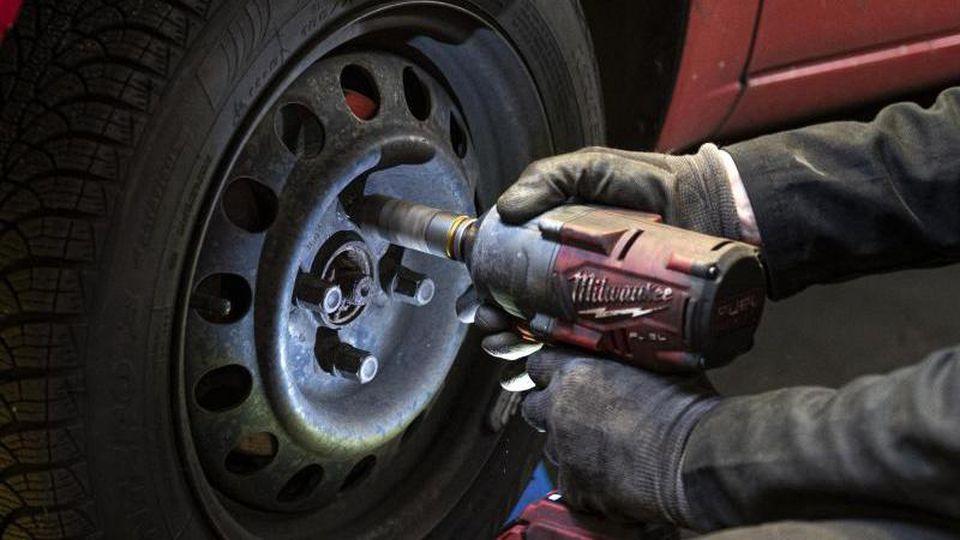Der richtige Zeitpunkt für den Reifenwechsel ist eine Abwägungsfrage, die auch vom Wohnort abhängt. Foto: Fabian Sommer/dpa/dpa-tmn