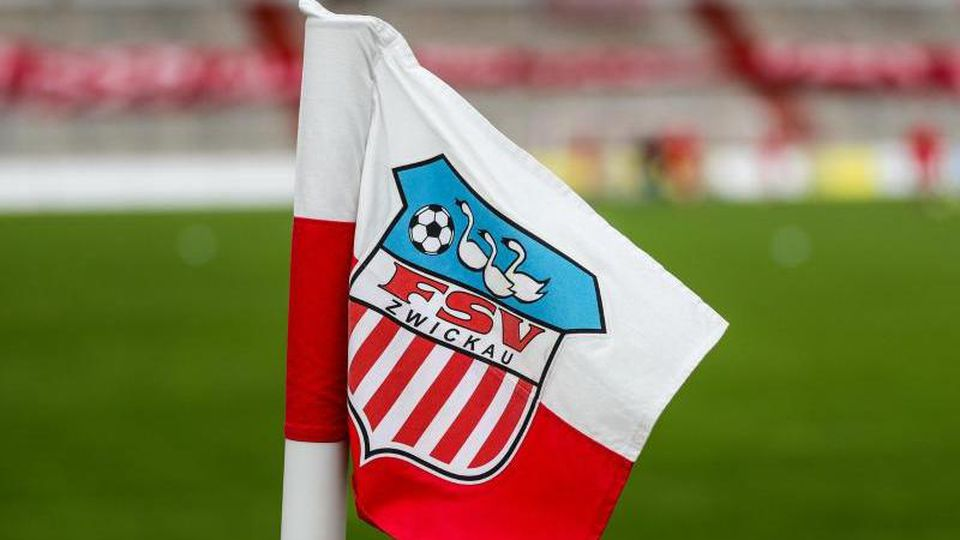 Das Logo des FSVZwickau prangt auf der Eckfahne im Stadion. Foto: Jan Woitas/dpa-Zentralbild/dpa/Symbolbild