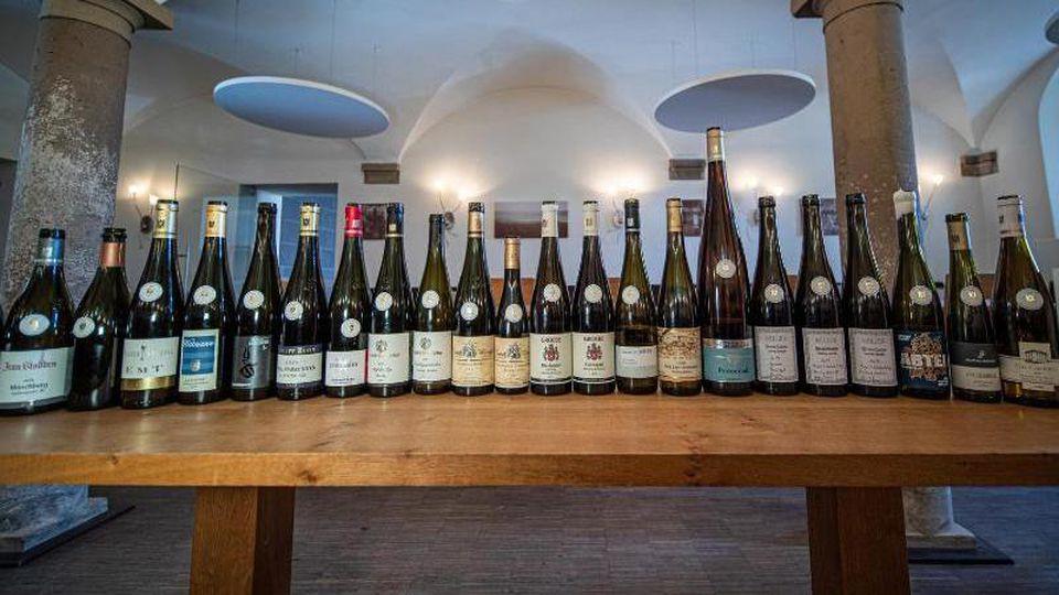 Verschiedene Weinflaschen aus einem Auktions-Sortiment. Foto: -/VDP/dpa/Symbolbild