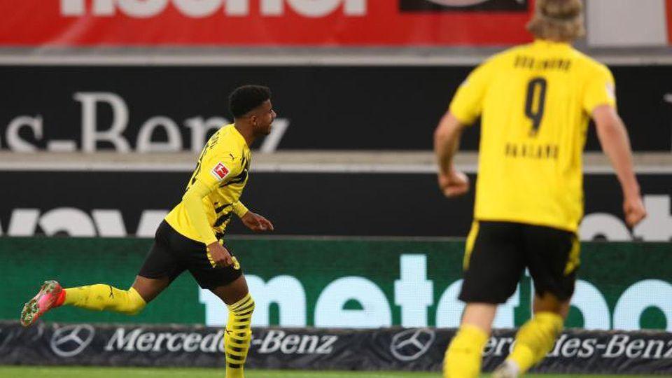 Dortmunds Trainer Edin Terzic (l) und Matchwinner Ansgar Knauff. Foto: Tom Weller/dpa