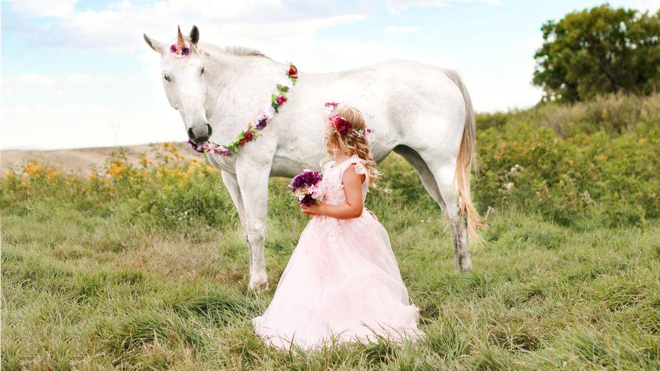 Rachel Perman fotografiert Tochter Emilee mit einem Einhorn.