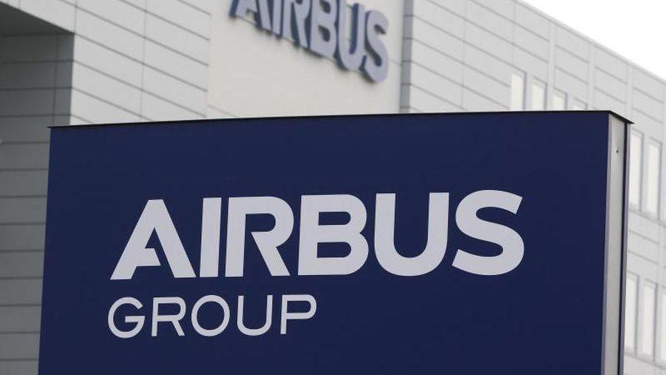 Der europäische Flugzeugbauer Airbus hat sich in den Untersuchungen zu Bestechungs- und Korruptionsvorwürfen nach eigenen Angaben in drei Ländern geeinigt. Foto: Mohssen Assanimoghaddam/dpa