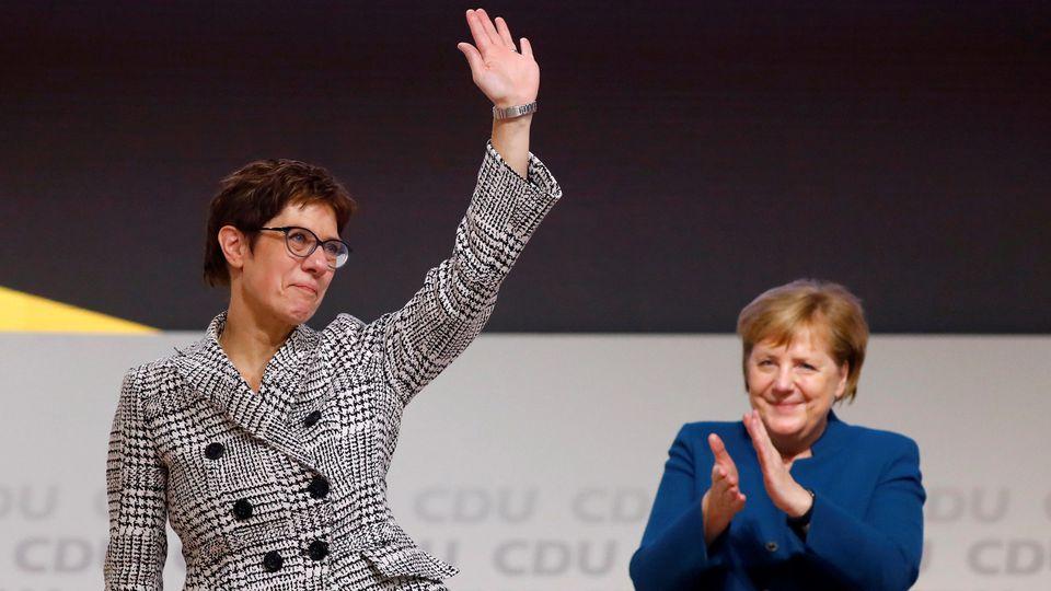 Annegret Kramp-Karrenbauer und Angela Merkel beim CDU-Parteitag in Hamburg