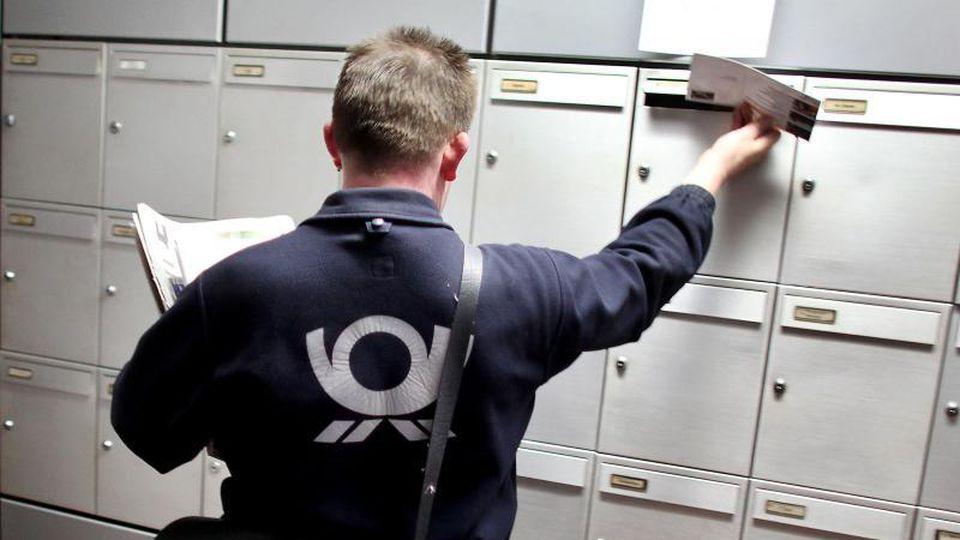 2018 warfen die Briefträger der Post 7,7 MilliardenBriefe und Karten in Postfächer, davon 87 Prozent vonFirmen. Foto: Oliver Berg/dpa