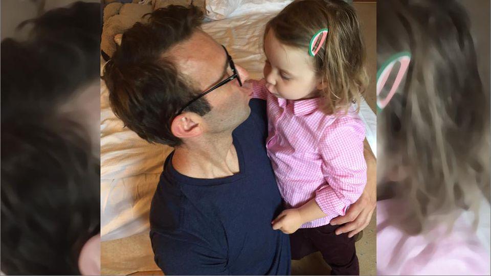 Peter Imhof küsst seine Tochter.