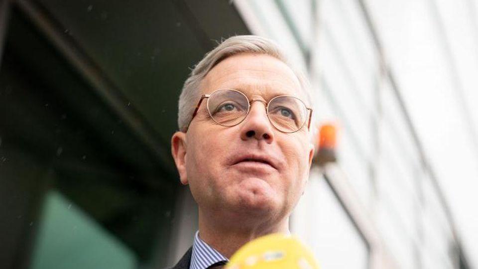 Norbert Röttgen, CDU-Bundestagsabgeordneter und Kandidat für den CDU-Parteivorsitz, spricht mit Journalisten. Foto: Kay Nietfeld/dpa/Archivbild