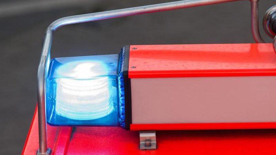 Ein Fahrzeug der Feuerwehr fährt mit Blaulicht über eine Straße. Foto: Daniel Bockwoldt/dpa/Symbolbild