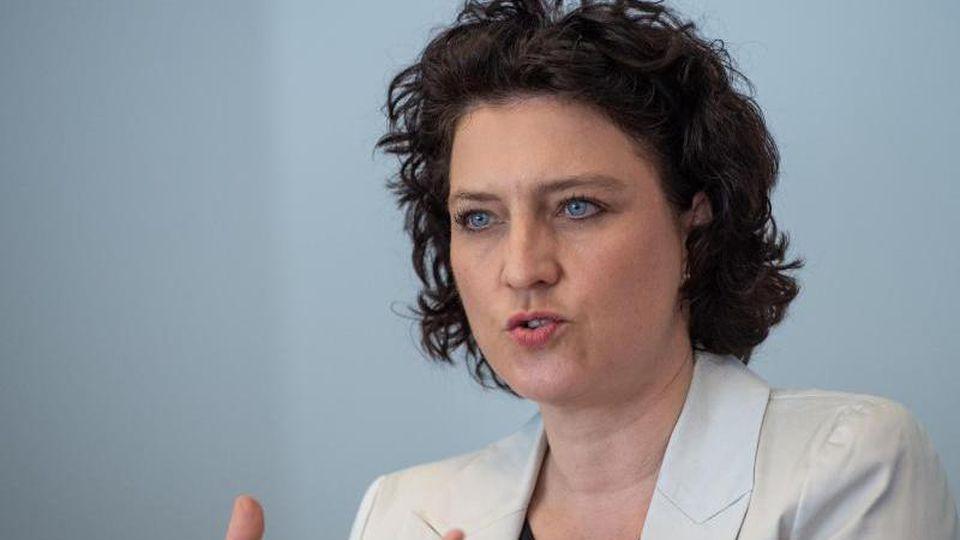 Carola Reimann (SPD), Sozialministerin in Niedersachsen, spricht bei einer Pressekonferenz. Foto: Christophe Gateau/dpa/Archivbild