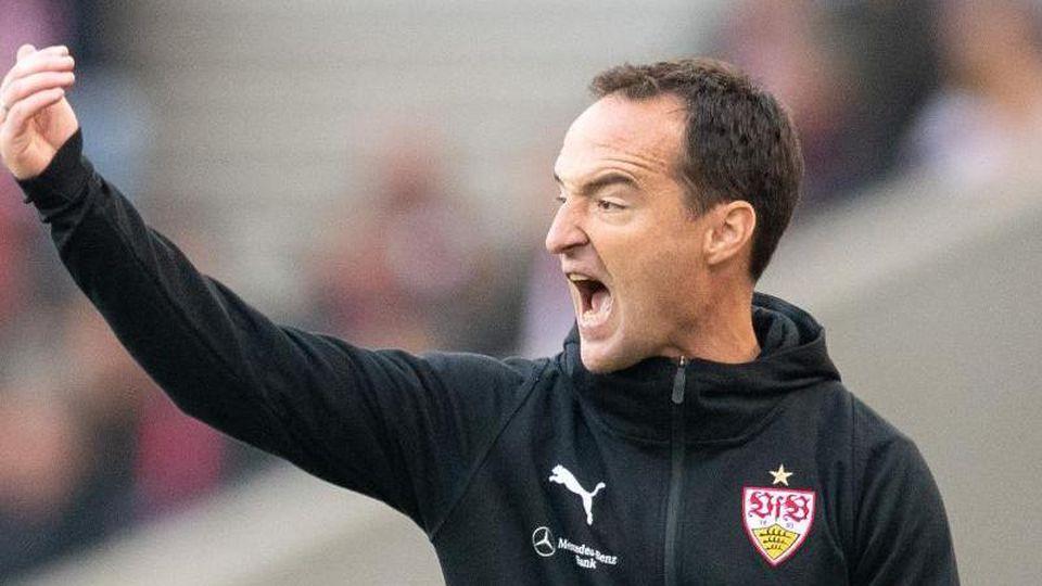 VfB Stuttgarts Trainer Nico Willig gestikuliert am Spielfeldrand. Foto: Sebastian Gollnow/Archiv