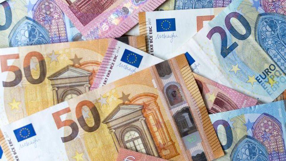 Verschiedene Geldscheine liegen auf einem Tisch. Foto: Monika Skolimowska/zb/dpa/Archivbild