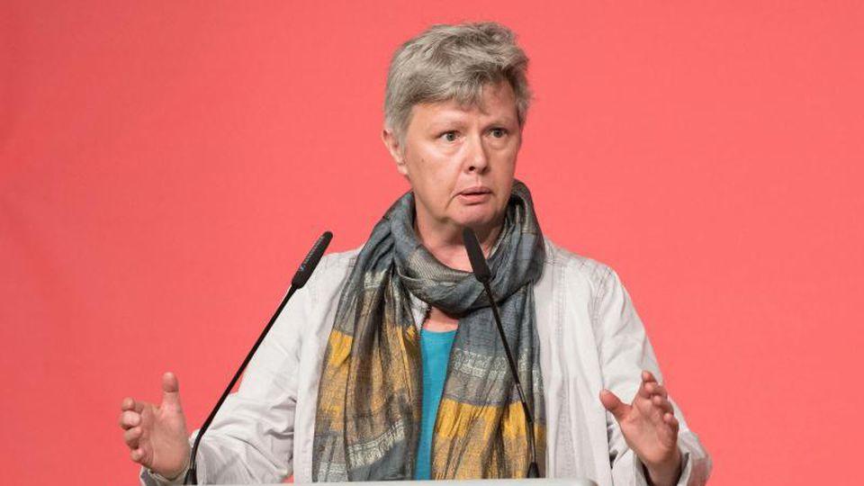 Katina Schubert (Die Linke), Landesvorsitzende, spricht zu Deligierten. Foto: Jörg Carstensen/dpa