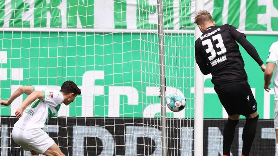 Philipp Hofmann (r) vom Karlsruher SC erzielt mit Kopf den Treffer zum 0:1. Foto: Daniel Karmann/dpa