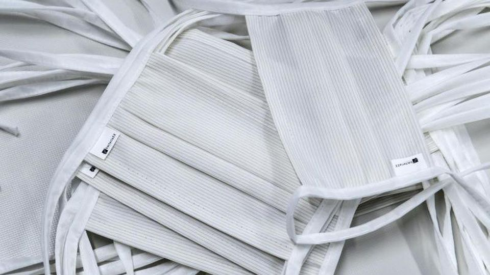 Mundschutzmasken liegen auf einem Tisch. Foto: Hendrik Schmidt/dpa-Zentralbild/ZB/Archivbild