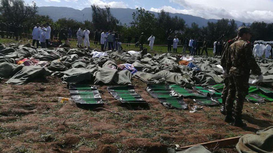 HANDOUT - 11.04.2018, Algerien, Boufarik: Dieses vom Fernsehsender Ennahar TV zur Verfügung gestellte Videostandbild zeigt Leichensäcke mit Opfern des Flugzeugabsturzes in der Nähe der Unfallstelle. Beim Absturz eines Militärflugzeuges in Algerien si