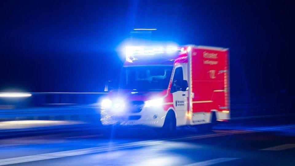 Ein Rettungswagen der Feuerwehr fährt mit Blaulicht über eine Straße. Foto: Marcel Kusch/dpa/Archivbild