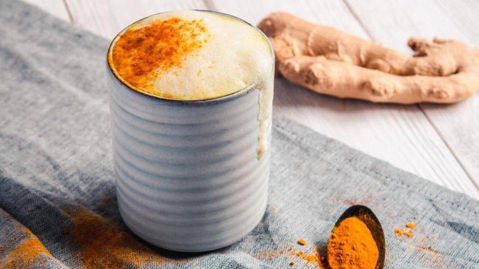 Scharf trifft auf würzig: Für kalte Tage ist die Goldene Milch - auch Kurkuma Latte genannt - besonders passend. Ingwer, Kurkuma und Zimt wärmen den Körper und regen das Immunsystem an. Foto: Aileen Kapitza/minzgruen.com/dpa-tmn