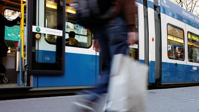 Ein Mann starb in der Tram in Zürich - über Stunden fiel das niemandem auf. (Symbolbild)