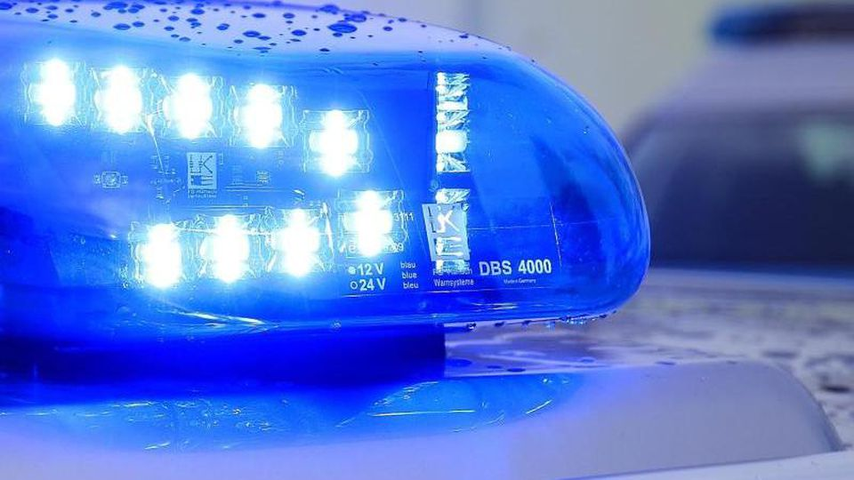 Das Blaulicht eines Streifenwagens der Polizei blinkt. Foto: Jens Wolf/dpa-Zentralbild/dpa/Symbolbild