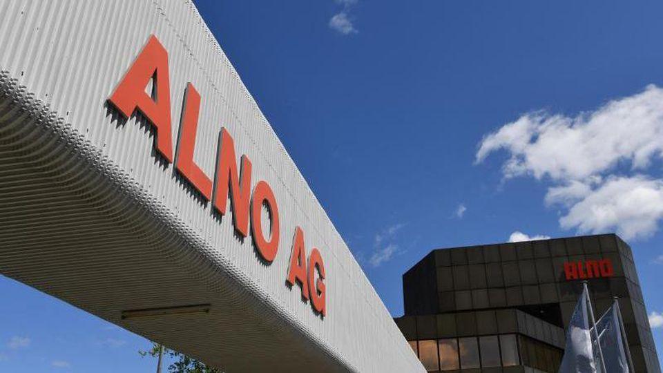 """Die Aufschrift """"ALNO AG"""" prangt am Haupteingang des Küchenherstellers Alno. Foto: Felix Kästle/dpa/Symbolbild"""