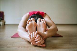 Eine Frau testet eine Yogamatte