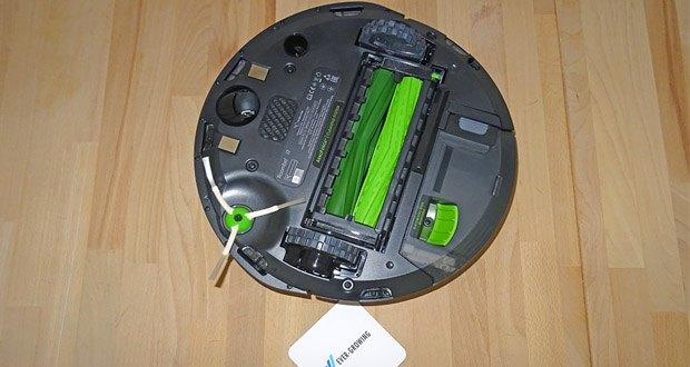 Saugroboter Roomba i7556 von iRobot - die Kantenreinigungsbürste reinigt in Ecken und entlang von Kanten