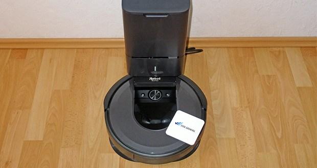 Der Roomba i7558 von iRobot entleert sich automatisch und das Staubsaugen erledigt sich wochenlang von selbst