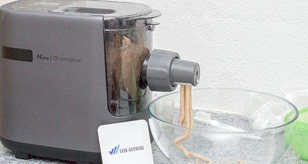 Springlane Automatische Nudelmaschine Nina im Test - mische deine Zutaten selbst zusammen und starte das Auspressen des Teigs dann, wenn es für dich am besten passt
