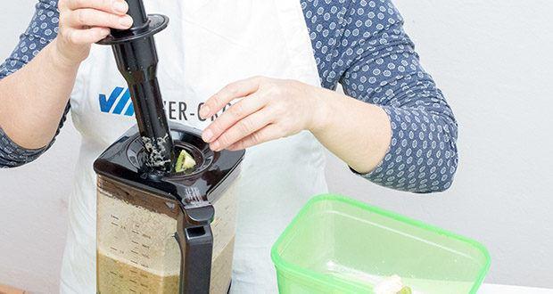 Springlane Hochleistungsmixer Hanno im Test - der Deckel enthält eine praktische Nachfüllöffnung mit Messbecher