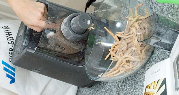 Springlane Automatische Nudelmaschine Nina im Test - mit der integrierten Waage hast du immer im Blick, wie viel Flüssigkeit du für deine frische Pasta benötigst