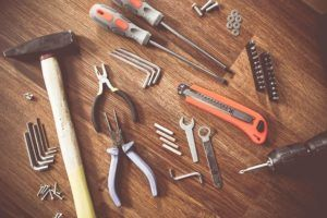 Unterschiedliche Werkzeuge auf einem Laminatboden