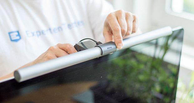 BenQ ScreenBar Plus LED-Monitor-Lampe im Test - ein speziell entwickelter Clip macht die Befestigung auf Monitoren einfach und stabil