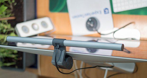 BenQ ScreenBar Plus LED-Monitor-Lampe im Test - das Bedienfeld ist zugunsten eines übersichtlichen und aufgeräumten Arbeitsplatzes in Richtung des Benutzers ausgerichtet