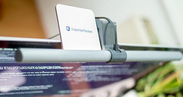 BenQ ScreenBar Plus LED-Monitor-Lampe im Test - der integrierte Sensor für die Umgebungsbeleuchtung erzeugt eine Lichtstärke bis zu 500 Lux