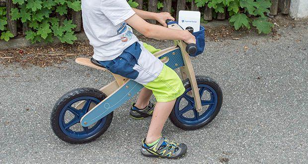 small-foot Laufrad blauer Papierflieger im Test - wenn der Nachwuchs unterwegs eine Pause braucht, lässt sich das leichtgewichtige Rad mit dem Tragegurt mühelos schultern