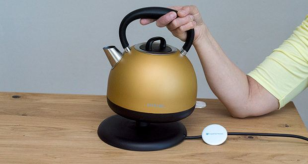 STEPLER Retro-Design Wasserkocher im Test - der Kocher steht auf einem leistungsstarken, separaten Elektrikfuß mit einer Kabellänge von 0,7m und ist um 360° drehbar