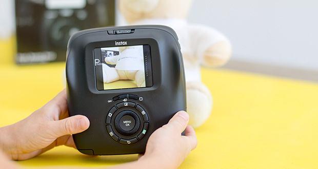 Fujifilm instax SQUARE SQ 20 Hybride Sofortbildkamera im Test - direkt auf dem TFT Display können diverse Farb- und Helligkeitseinstellungen vorgenommen werden, das aufgenommene Bild mit zehn künstlerischen Filtern unterlegt werden oder mit integrierten Aufnahmemodi wie Langzeit- oder Doppelbelichtung kreativ gestaltet werden