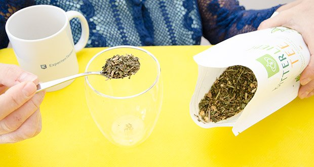 BitterLiebe Tee im Test – Zubereitung: nimm ca. einen Teelöffel BitterLiebe-Tee für eine Tasse und übergieße ihn mit sprudelnd kochendem Wasser