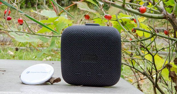Tribit Stormbox Micro Bluetooth Lautsprecher im Test - ist mit einer Gewebeummantelung ausgestattet, die von Stürzen bis hin zum Eintauchen ins Wasser - sei es klar, seifig oder salzig – alles bewältigt