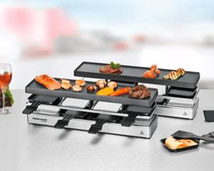 Ein Raclette wird in die Mitte des Tisches gestellt. So es jeder von allen Seiten benutzen.