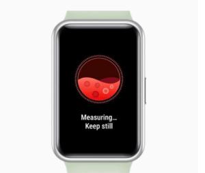 GPS Uhr an einem Handgelenk mit einem Herz auf dem Display.